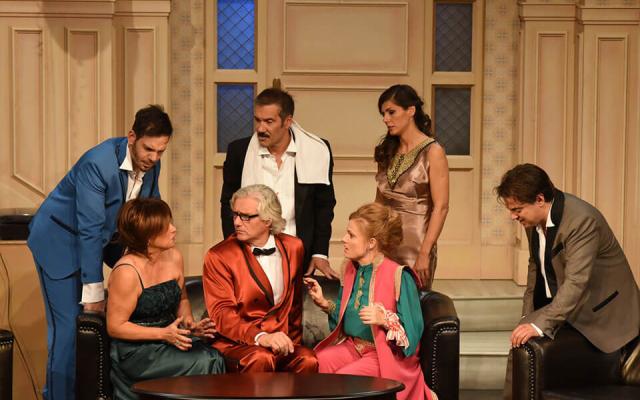 Pletykafészek – Veres1 Színház bohózata december 16-án az Aranyszömben